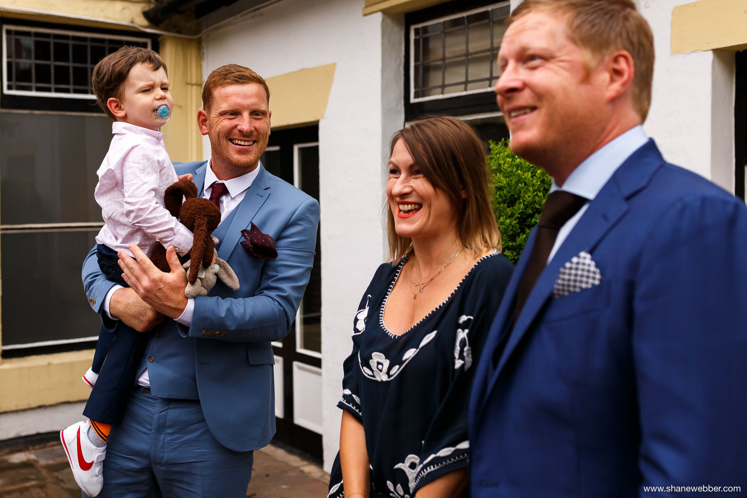 Natural photos of wedding guests