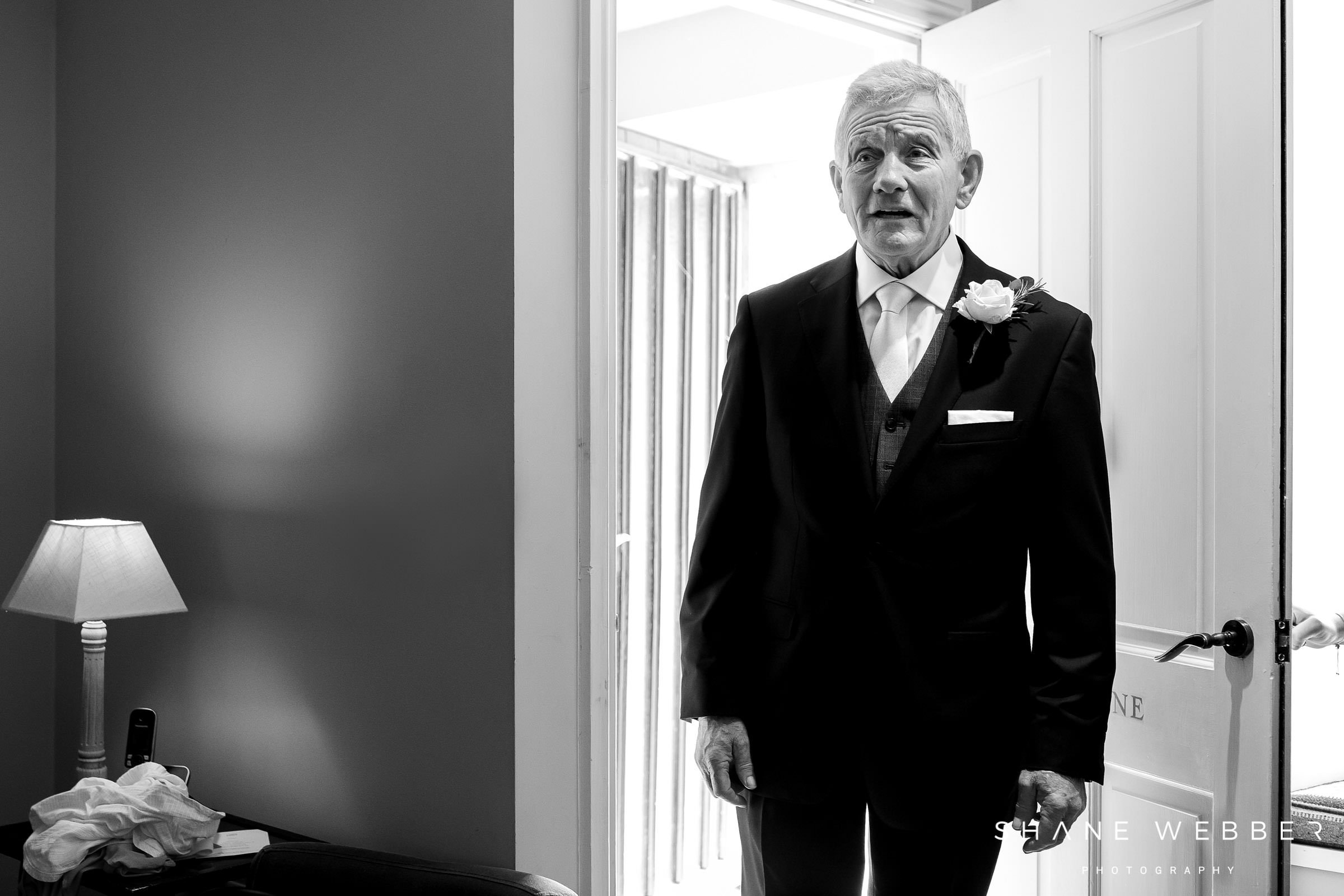 documentary photo of the father of the brides reaction